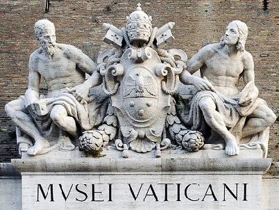 Explorer - Spumarche -  A múzeum bejáratát ékesítő szoborcsoport a két mennyei mestert, Michelangelot és a fiatal Raffellot testesíti meg - bejárat múzeum