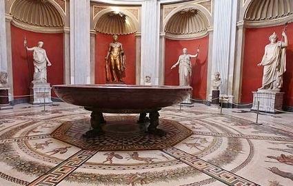 Spumarche - Explorer - Római mozaikpadlóra állított hatalmas porfiltál és helléni szobrok a Körcsarnokban - Museo Pio Clementino