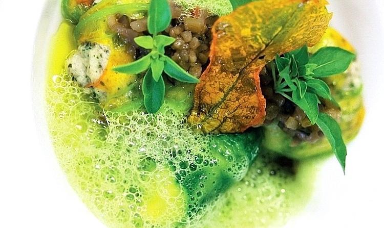 Spumarche - Crocevia di Sapori - Fiori di zucchini del nostro orto, farciti, pisellini e menta piperita in cappuccino, olio di oliva del frantoio Castelas - L'Oustau de Baumanière