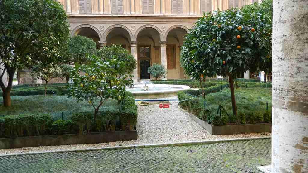 Doria pamphilj fontana for Cortile circolare