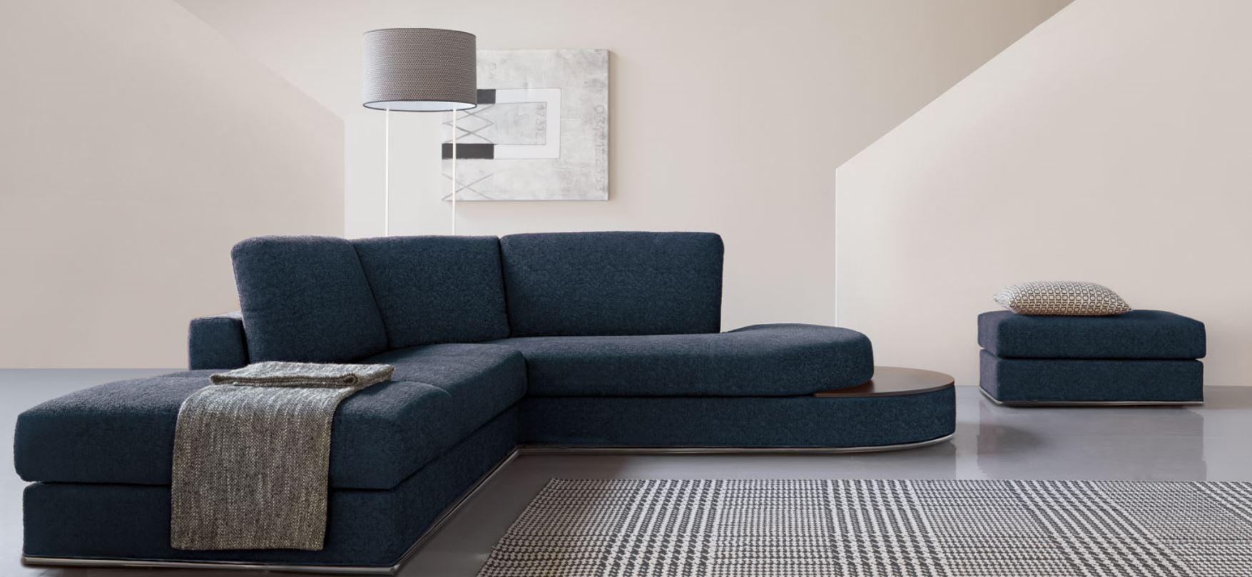 Divano angolare con chaise longue in tessuto for Arredamenti francavilla fontana
