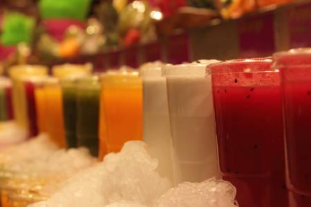 succhi frutta centrifugati colorati freschi ghiacciati