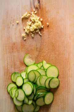 zucchine rondelle aglio tritato salutare tagliere legno