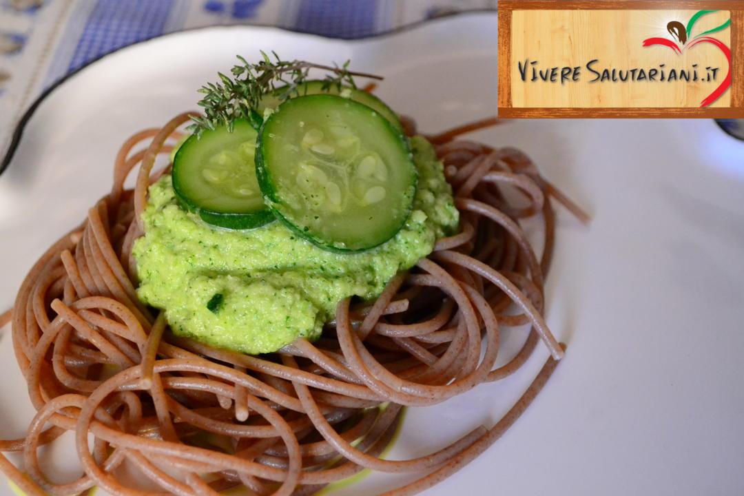 spaghetti farro pesto zucchine timo ricetta salutariana salutariani gluten free senza glutine vivere salutariani salutariano ricetta salutare salute vivere salutariani