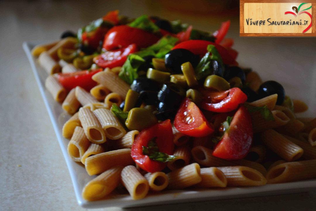 penne integrali pomodorini olive basilico origano aglio olio fredda pasta ricetta vegana vegetariana vivere salutariani salutariana salutariani vivere salutariani team marco villa salute