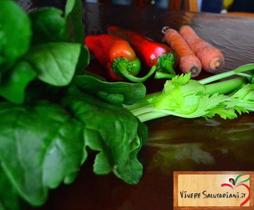 verdure fresche biologiche vivere salutariani peperoni carote sedano spinaci