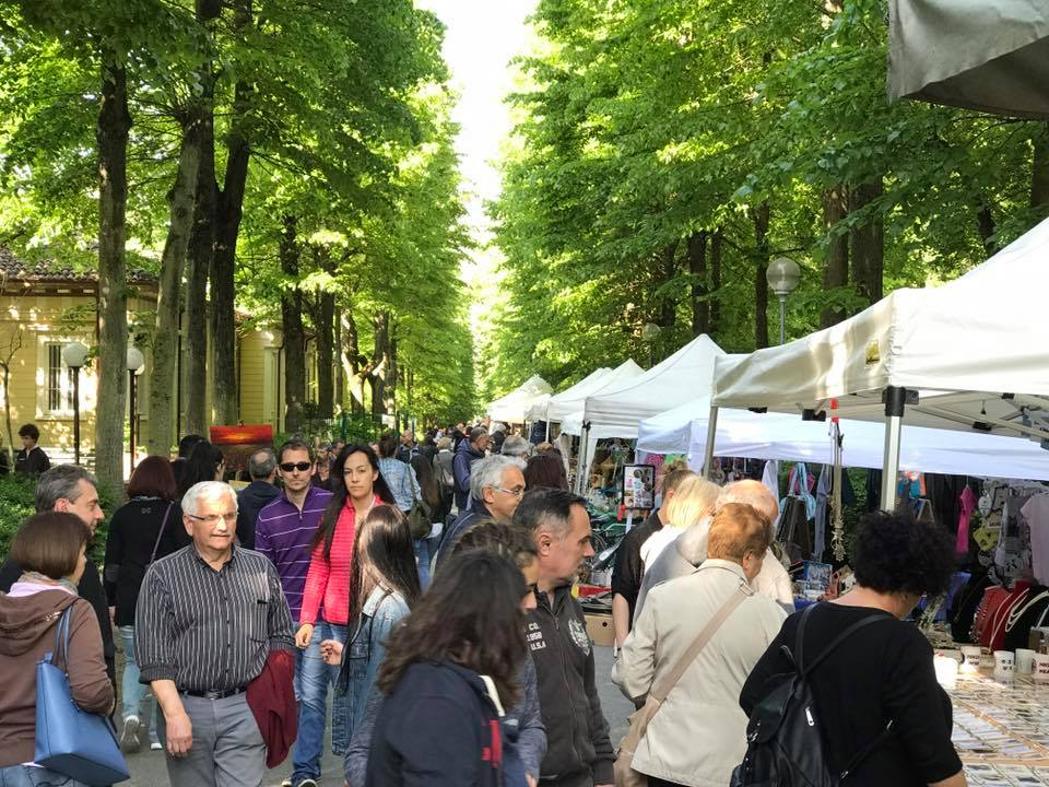 mercatino bancarelle viale centrale del parco delle terme di salice terme mercatiniecuriosita