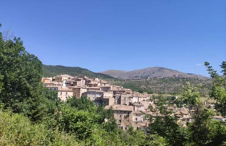 Carapelledietro Castelvecchio Calvisio sullo sfondo in alto la Rocca di CalascioJPG