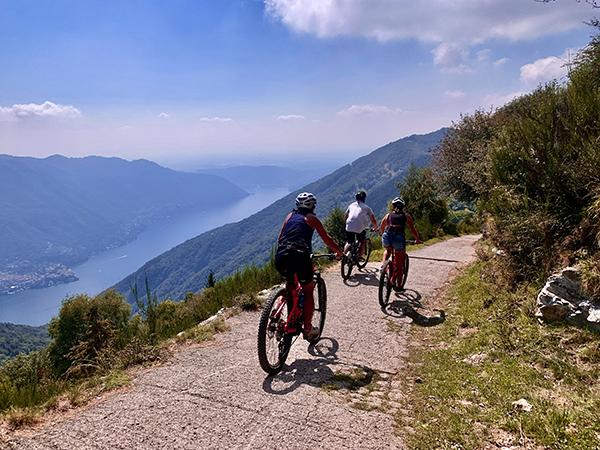 Lago di Como in bici, mountain bike in Italia