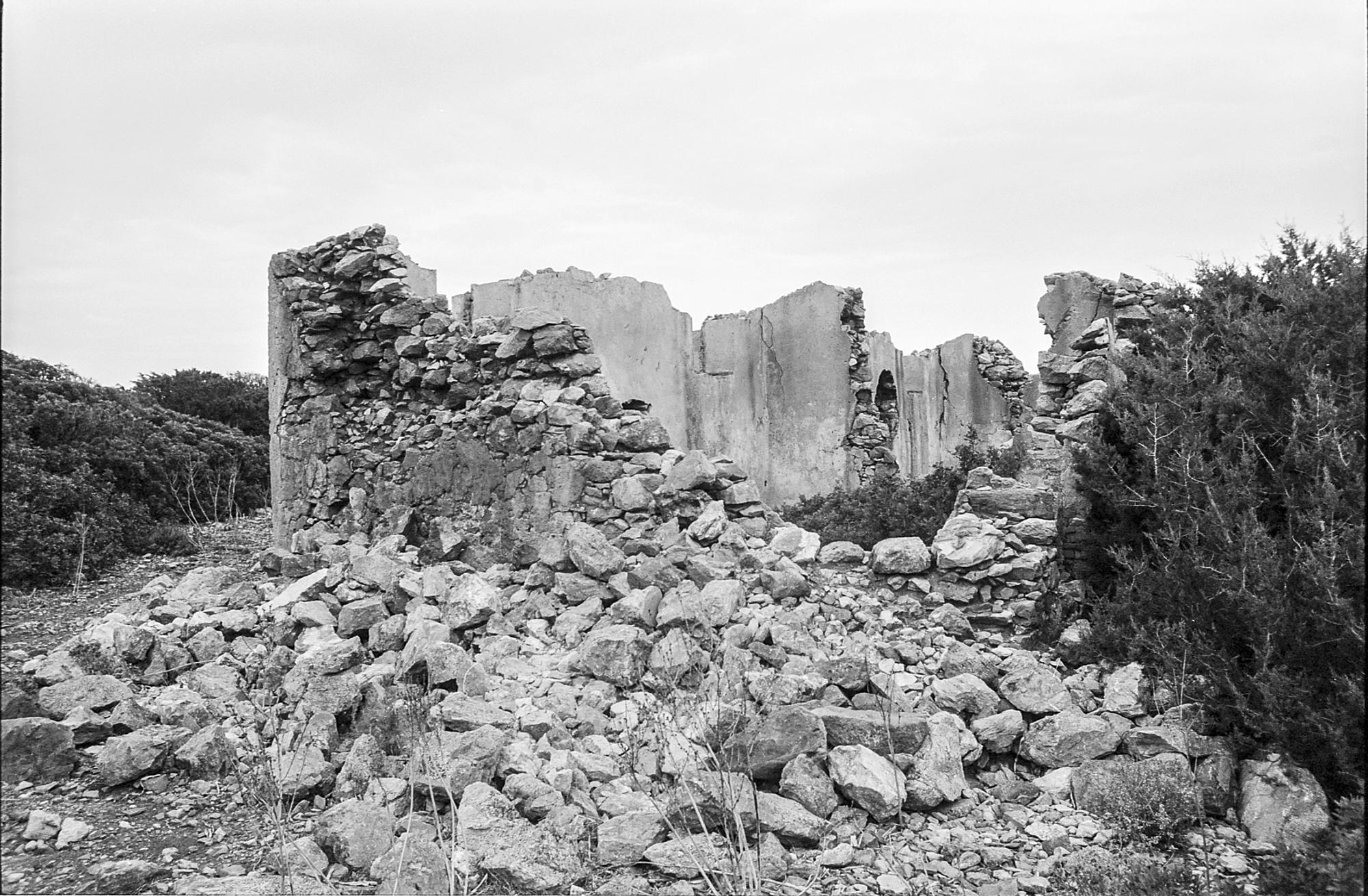 Il rudere di una delle case del villaggio mineraio a Planu SartuJPG