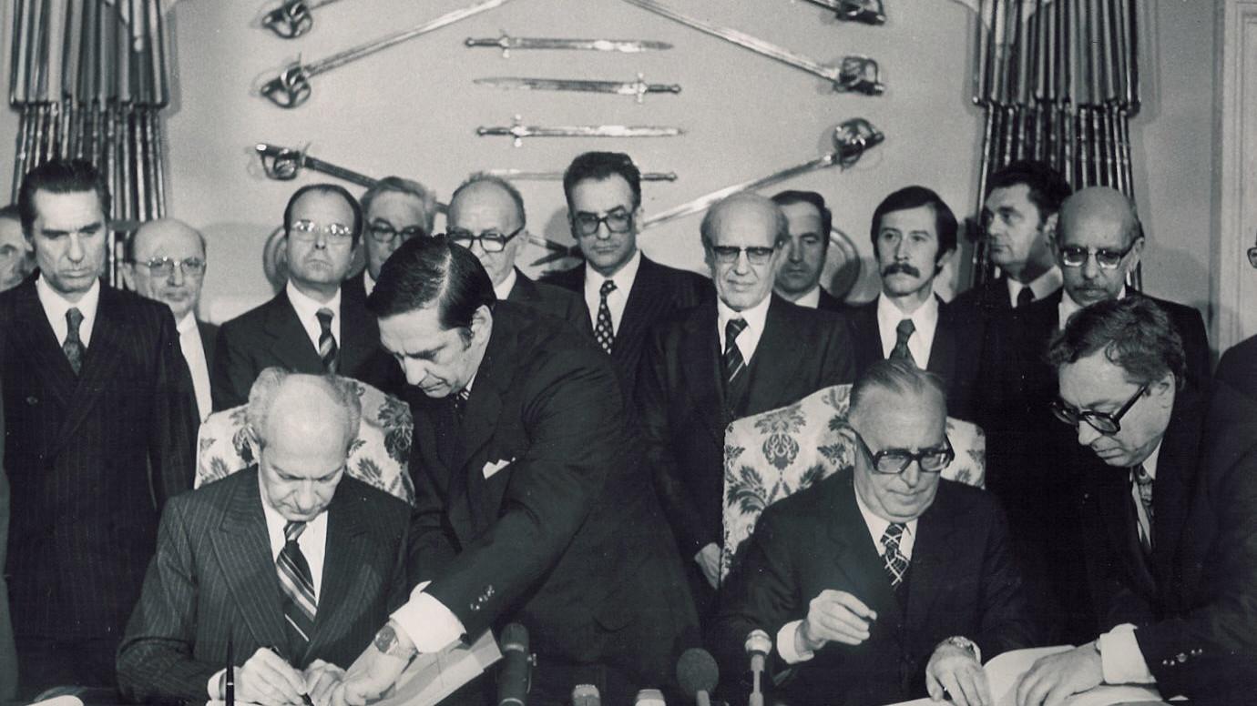 Mariano-Rumor-e-Milos-Minic-firmano-il-Trattato-di-Osimo-10-Novembre-1975jpg