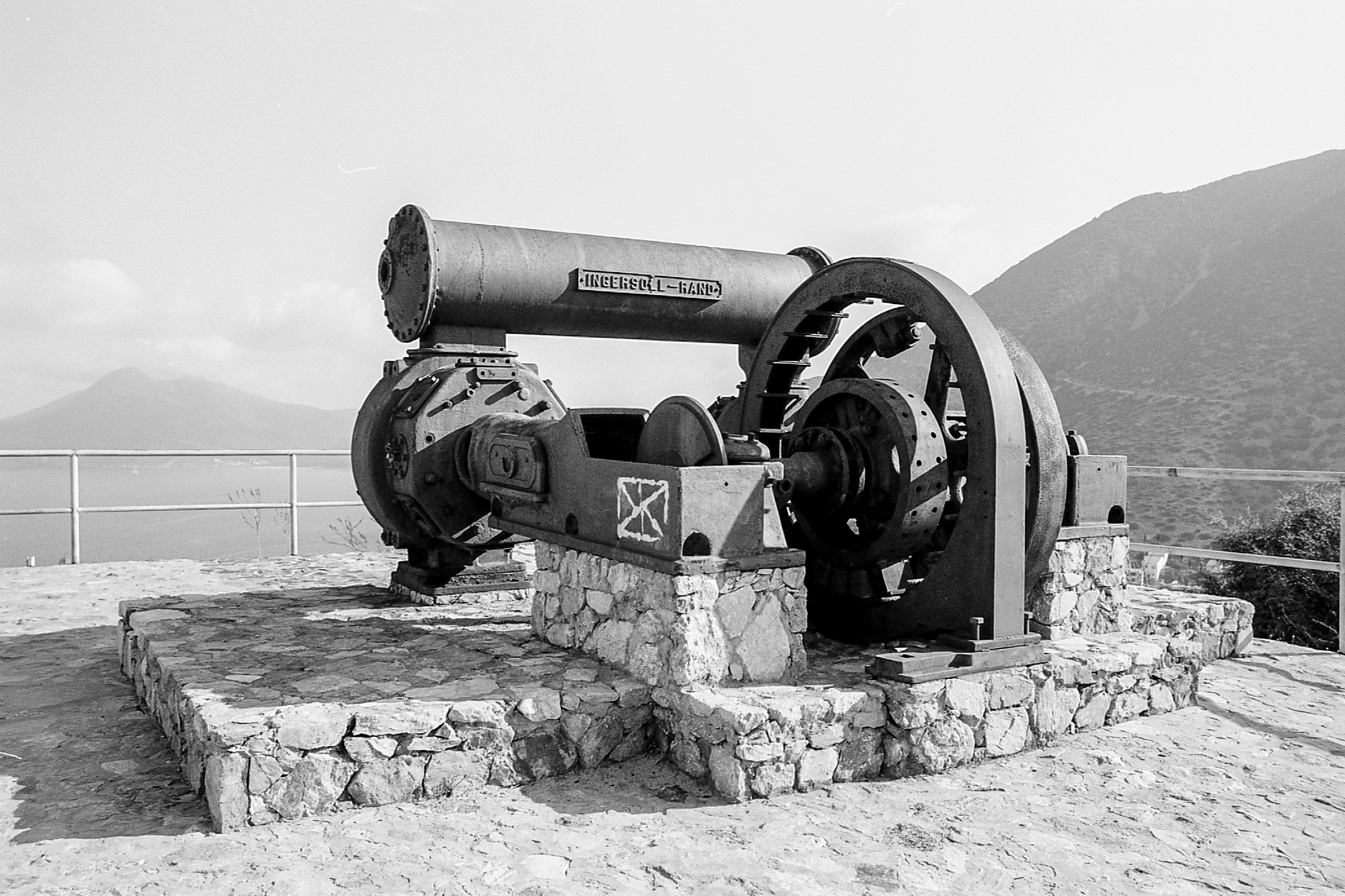 Il compressore daria per ventilare le miniere esposto nel piazzale del belvedere di BuggerruJPG