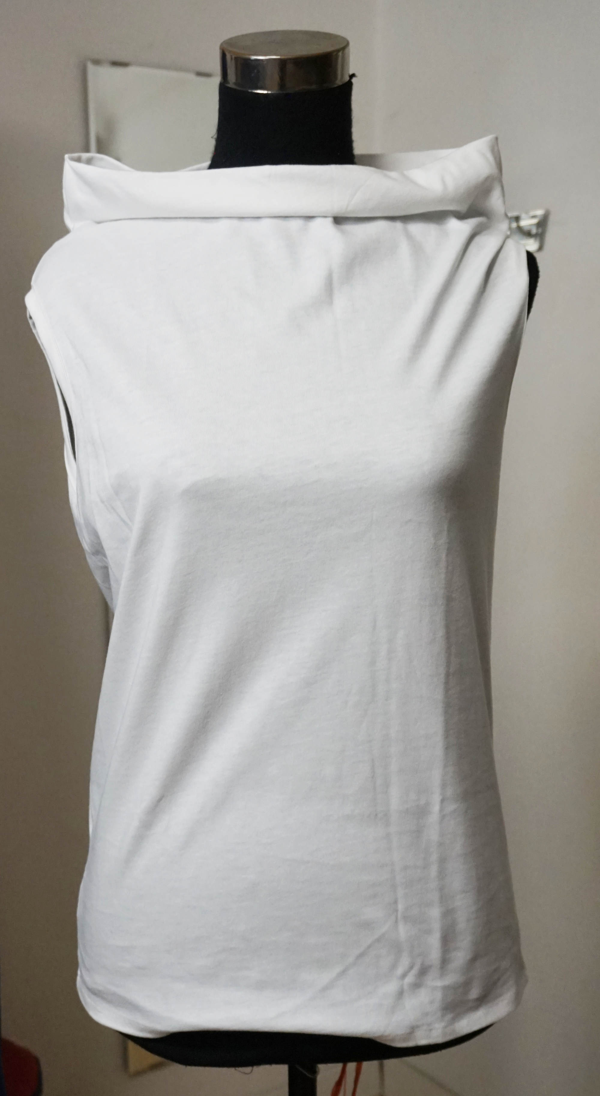 Sleevess T-shirt with boatneck
