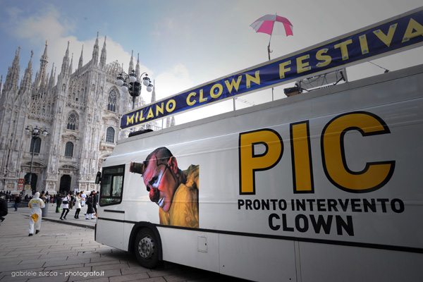 pic bus duomo milano clown festivaljpg