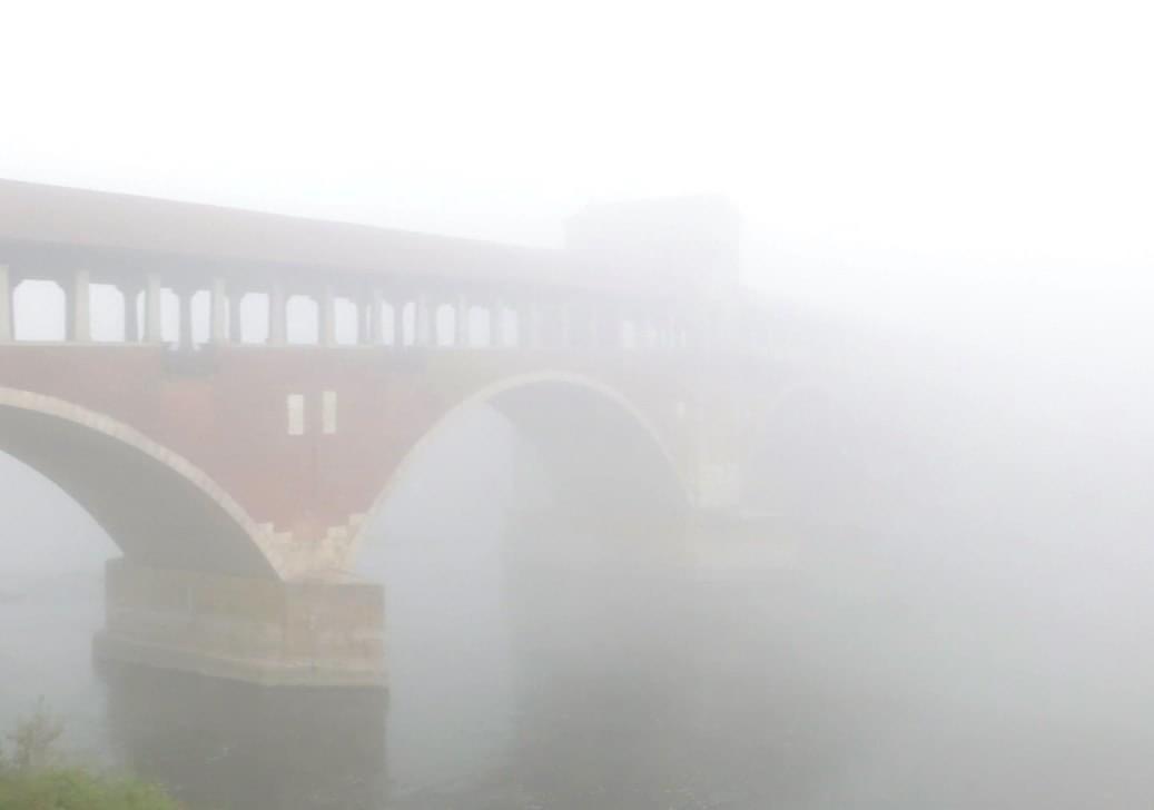 Il ponte coperto di pavia nella nebbia     foto di Roberta mastrettajpg