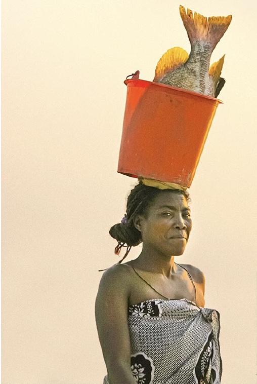 Donna con pesce Anakaojpeg