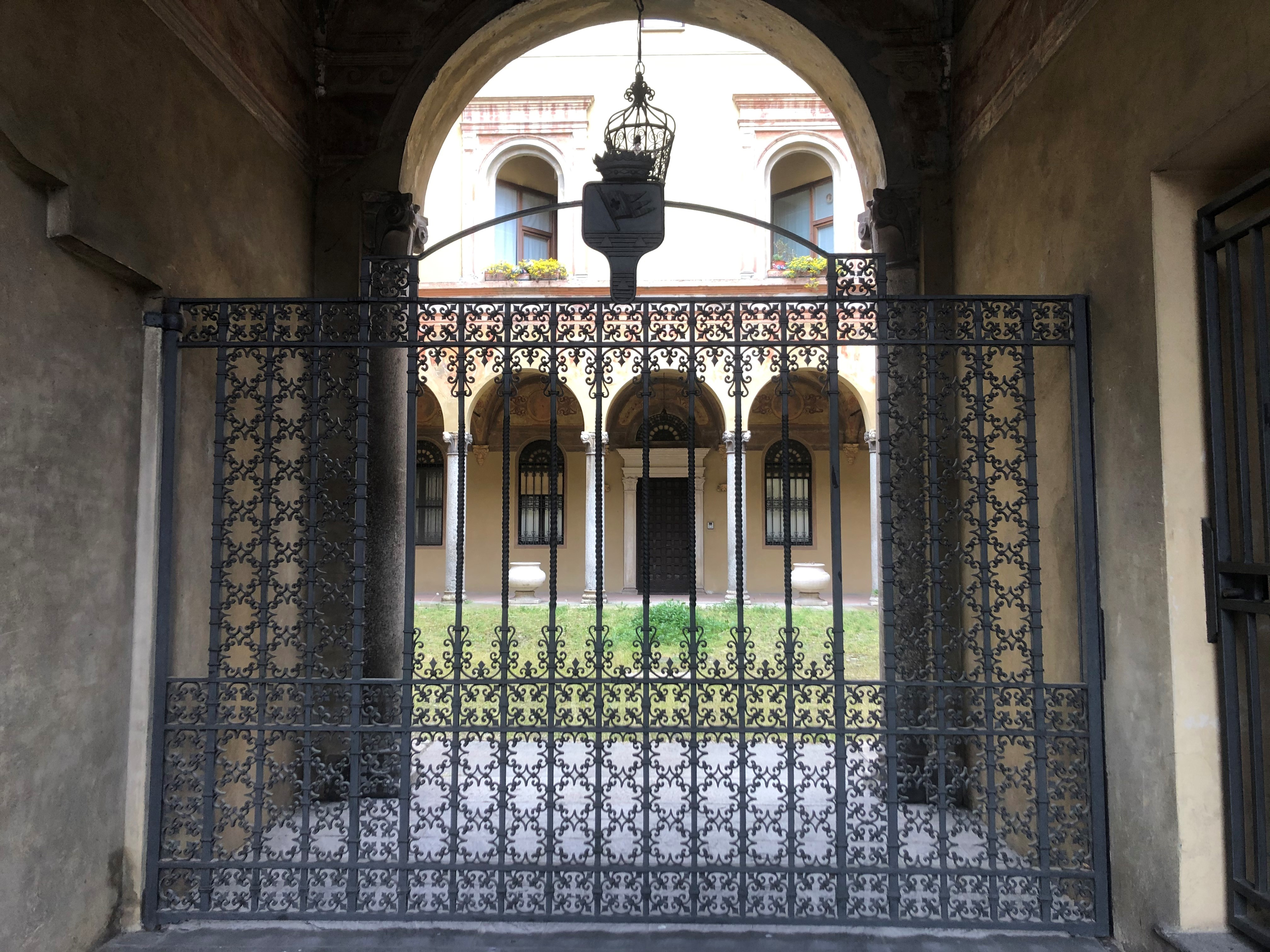 Cancello in ferro battuto in uno dei palazzi nobiliari della cittjpg