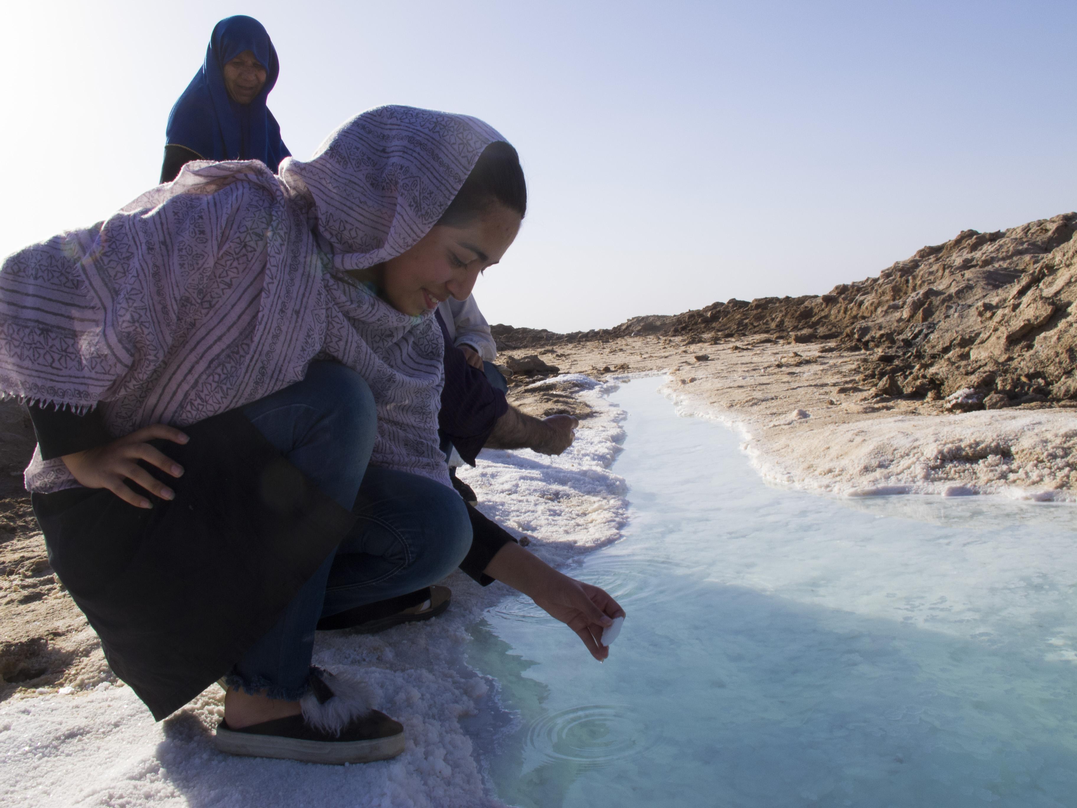 Deserto del Kavir una fonte di acqua salata - Copiajpg