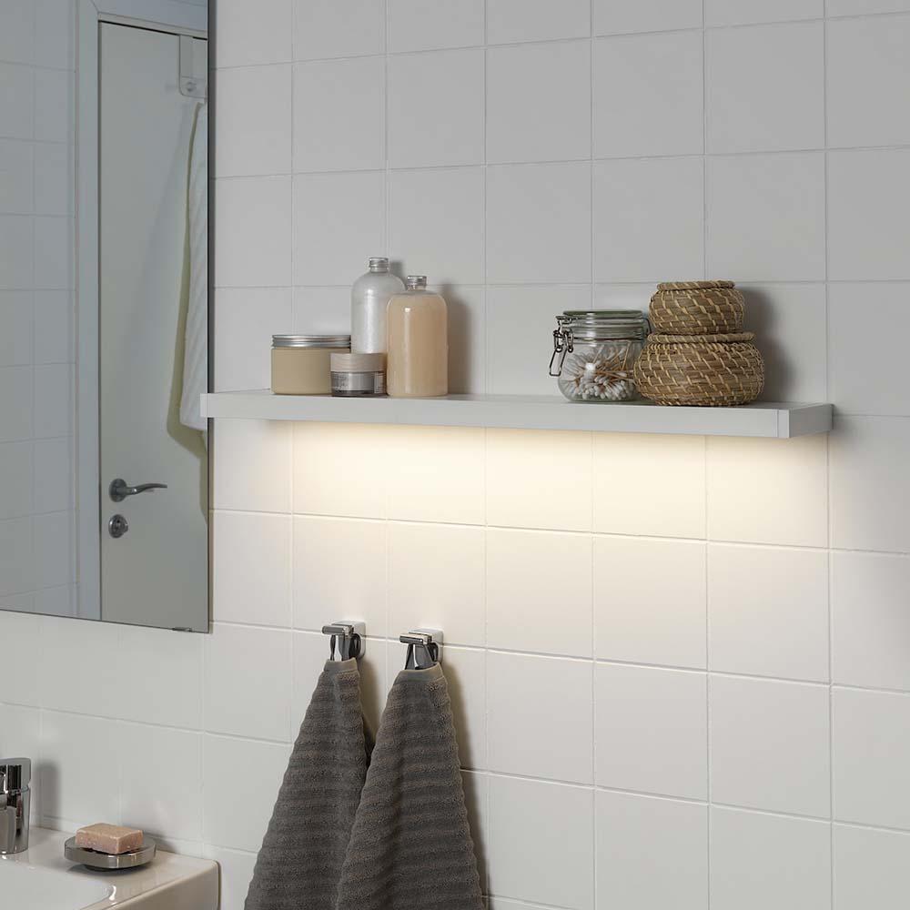 Idee-per-decorare-una-parete-con-le-mensole-con-illuminazione-sotto-ikea02jpg