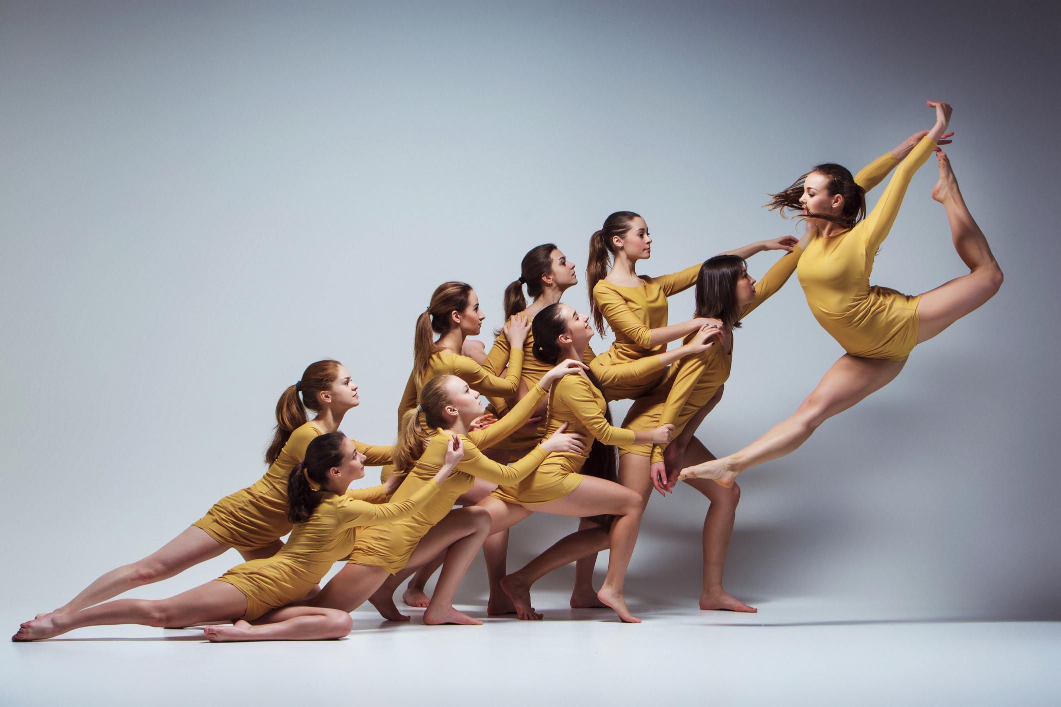 il-gruppo-di-ballerini-di-balletto-modernojpg