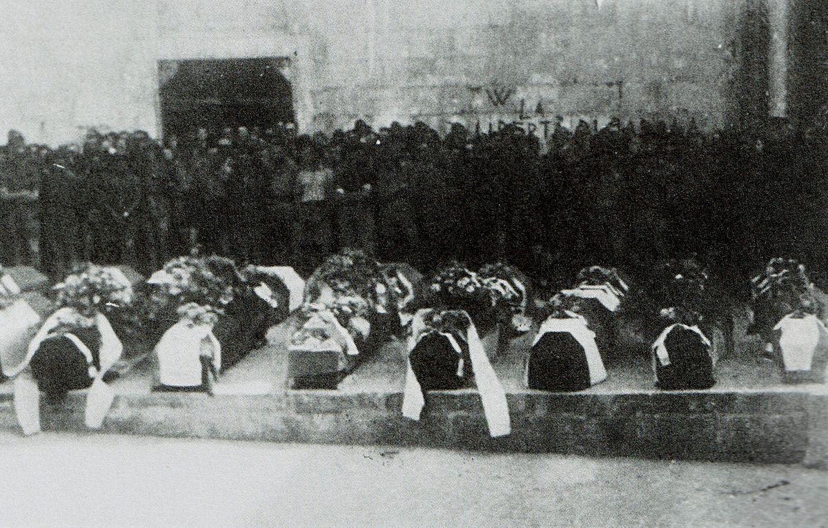 1200px-Funerali_Cividale_21_giugno_1945-2jpg