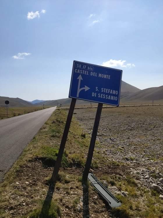 segnaletica nella piana per Santo Stefano di Sessanio foto GabryJPG