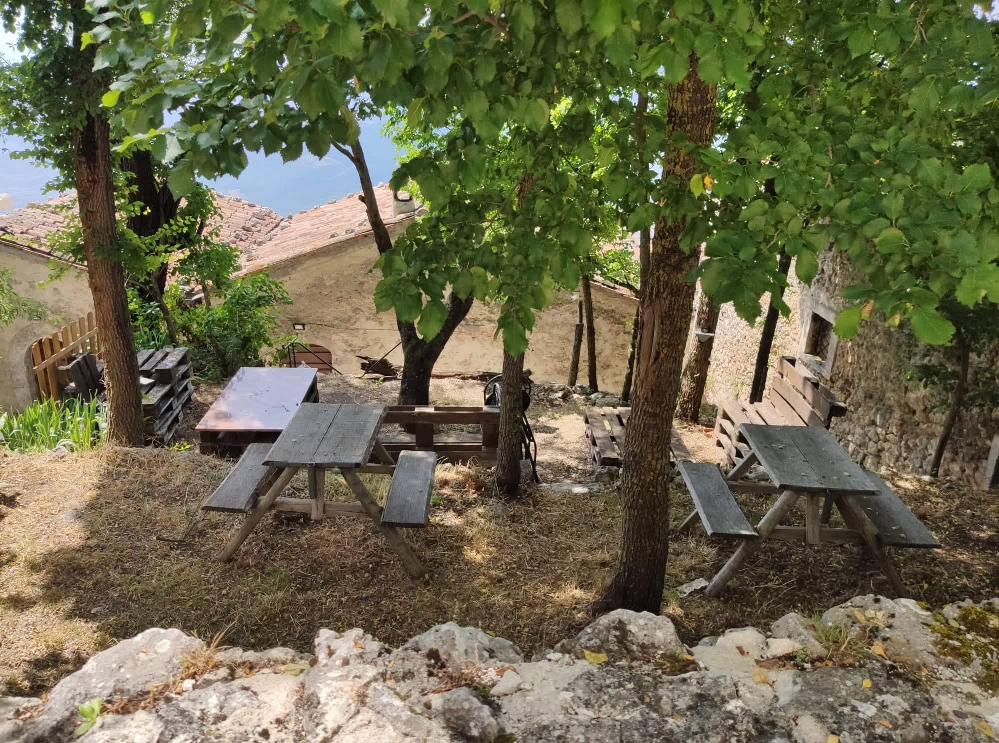 Tavolini  esterni rigugio della rocca GabryJPG