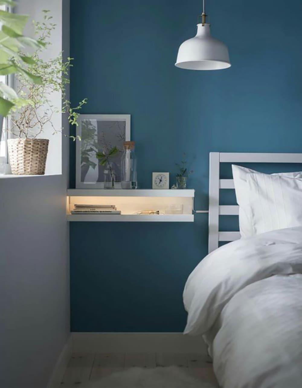 Idee-per-decorare-una-parete-con-le-mensole-con-illuminazione-sotto-ikeajpg