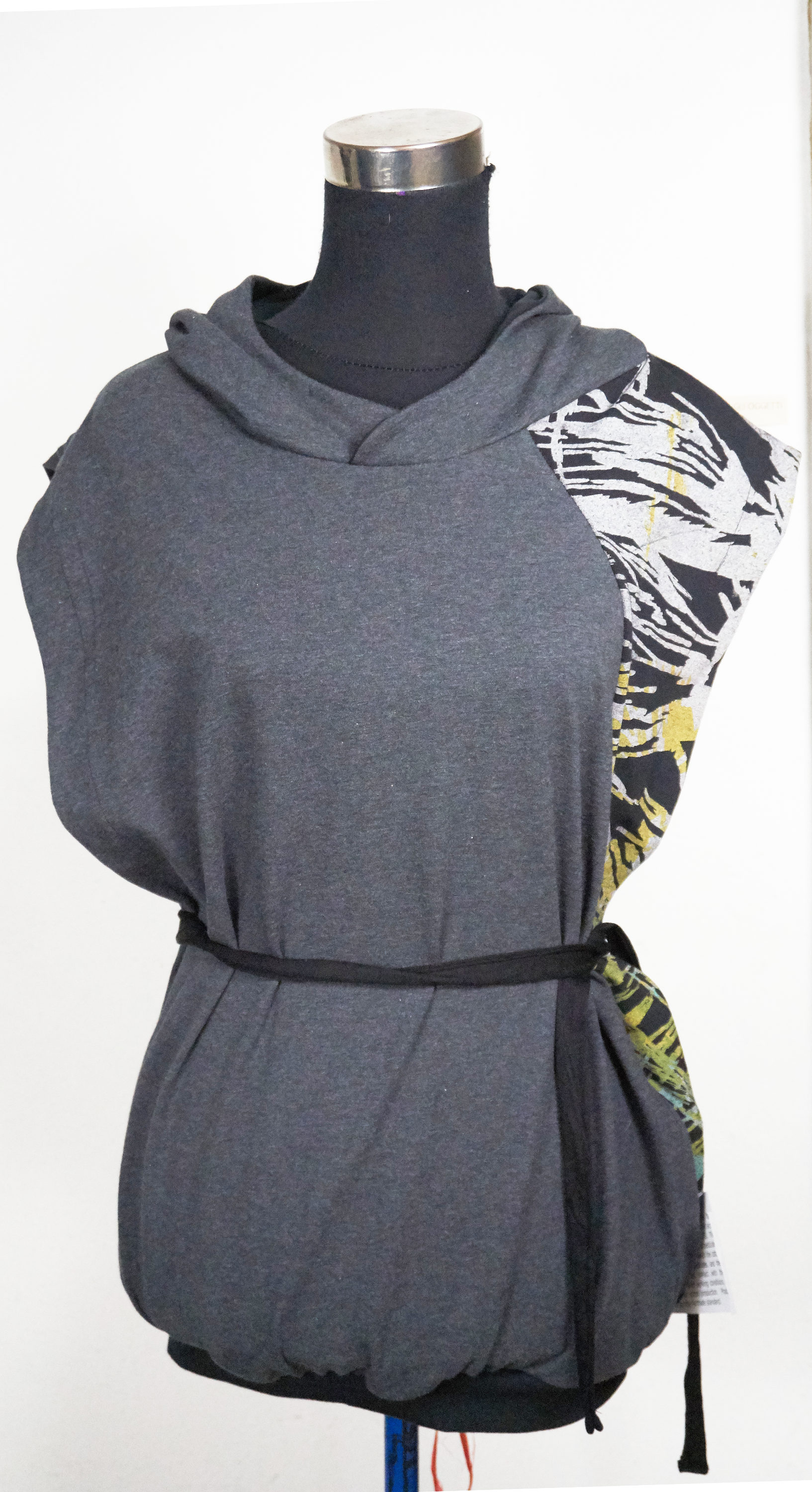 hooded sweater in organic cotton sleeveles