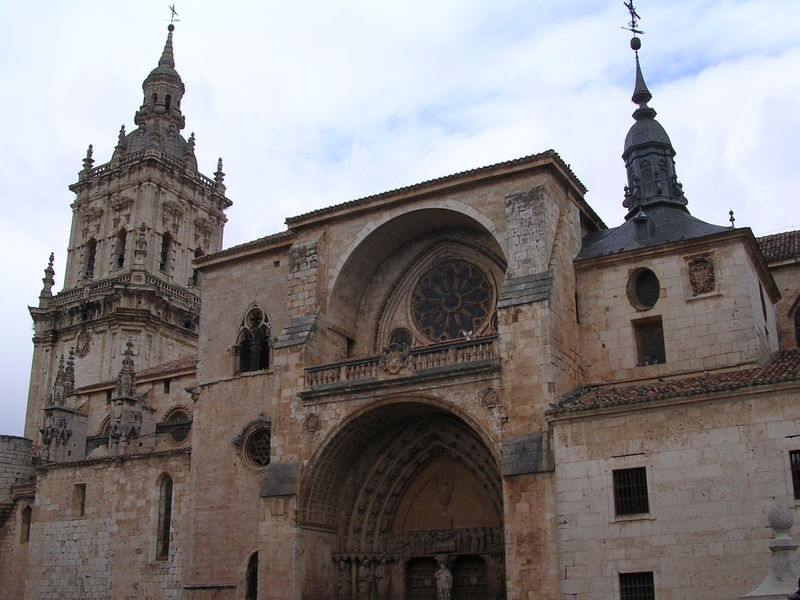 800px-Catedral_del_Burgo_de_Osma_Soria_Castilla_Espaajpg