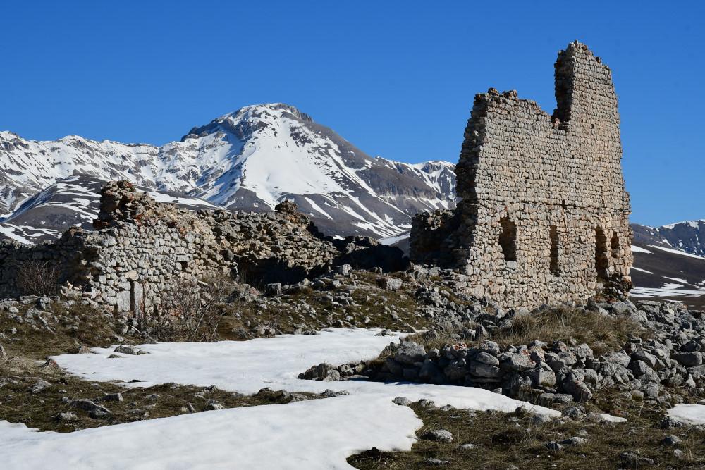Santa Maria del Monte di Paganica e il Monte CamiciaJPG