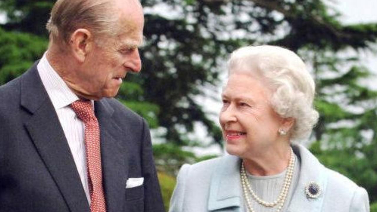regina-e-principe-filippo-mentre-si-guardanojpg