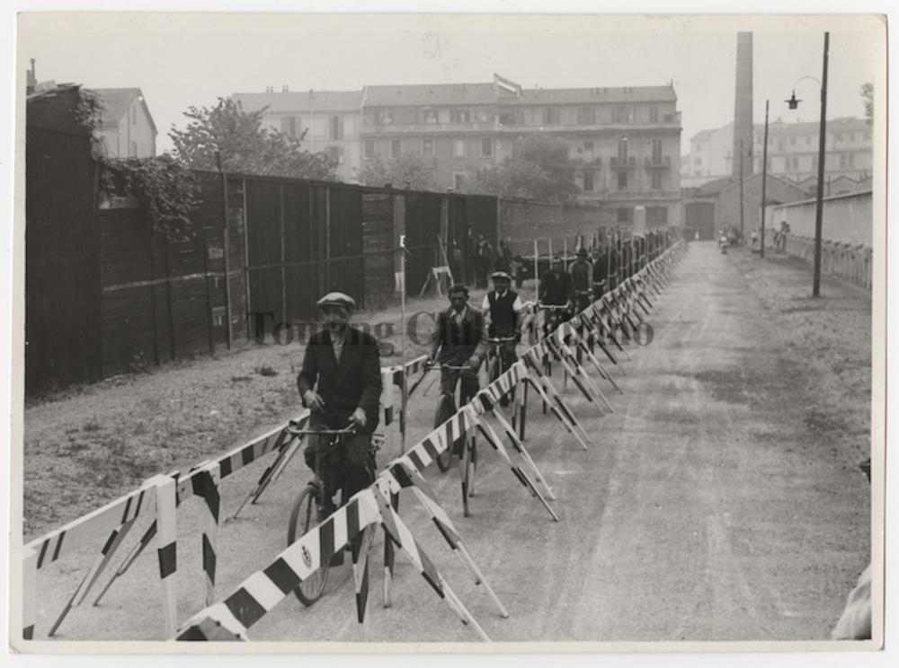 pista ciclabile in costruzione a Milano 1942png