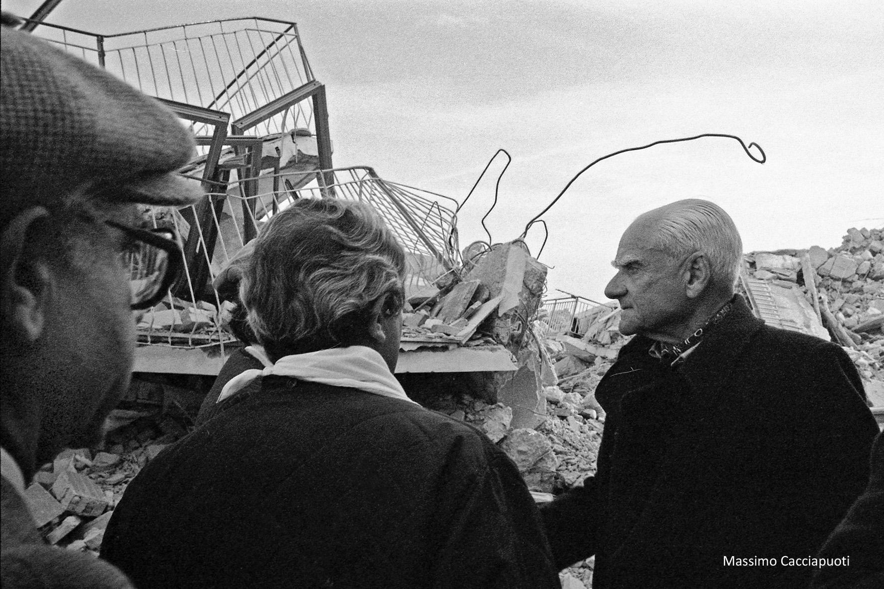 02 Massimo Cacciapuoti SAngelo dei Lombardi Visita di Alberto Moravia nelle zone terremotate nov 1980jpg
